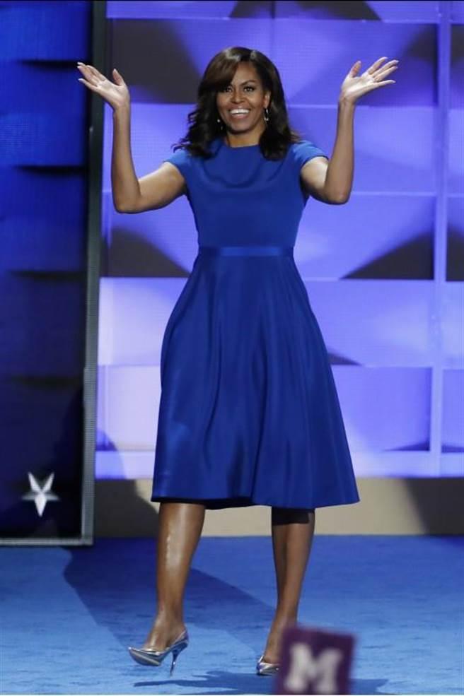 蜜雪兒的這件洋裝走簡約路線,不管顏色和剪裁都非常低調。(圖:美聯社)