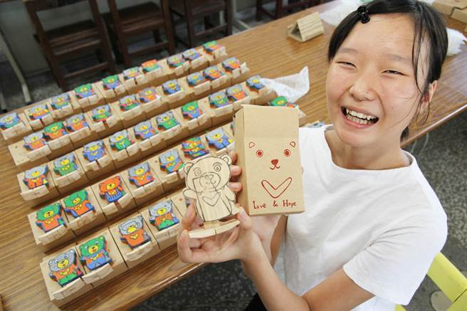 宜蘭復興國中去年發起的「熊愛尼」活動,希望以自走熊玩偶陪伴尼泊爾災童,今年擴充為2國共13個學校、社區餐與,並以「交流」為主軸,今寄送第1批100隻熊愛尼玩偶前往尼泊爾。(簡榮輝攝)