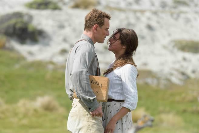 麥可法斯賓達(左)與艾莉西亞薇坎德在電影中飾演戀人,假戲真做。(威視提供)