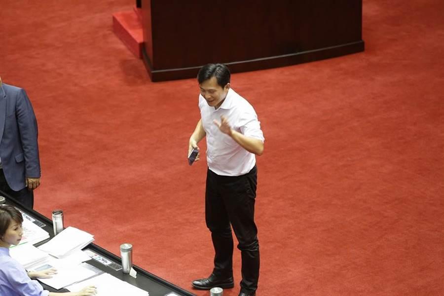 林德福澄清黃國昌根本沒與他對談,黃國昌拍完照就回去打卡捏造林德福說「好爽!」(取自藍委助理臉書)