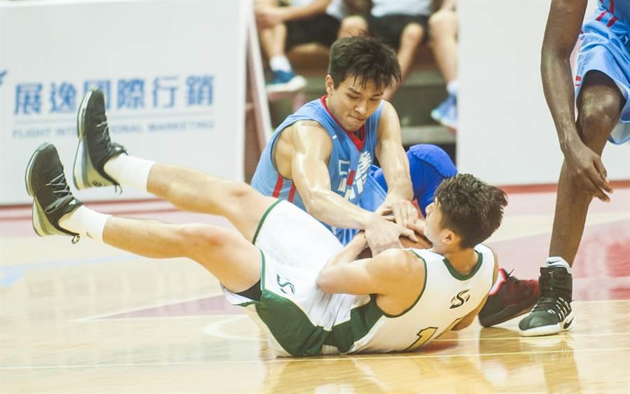 中華白黃聰翰 (左)與美國隊吳永盛(右)倒地激烈爭搶地板球,互不相讓。  (鄭任南攝)