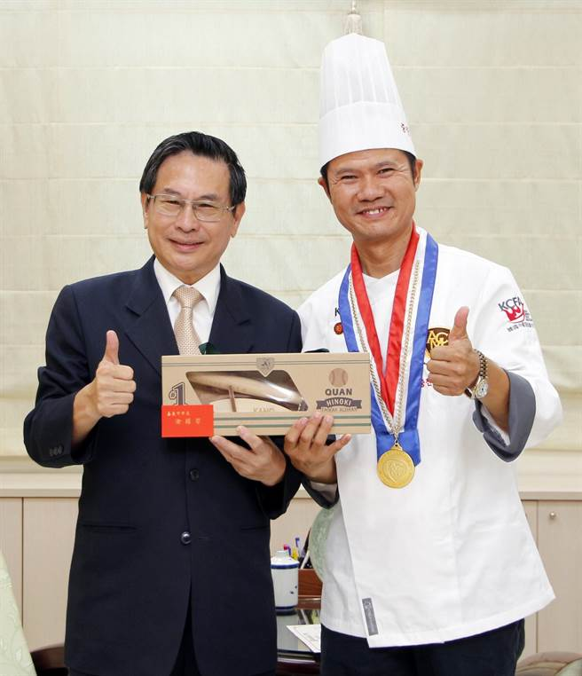 辜耀義(左)作素食料理國際賽金獎,嘉義市長涂醒哲表揚。(廖素慧攝)