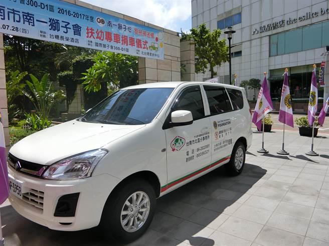 北台南家扶中心今天獲贈一部嶄新的扶幼專車。(曹婷婷攝)