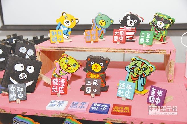 宜蘭復興國中「熊愛尼」活動,今年擴充為2國共13個學校、社區參與,並以「交流」為主軸,昨寄送第1批100隻熊愛尼玩偶前往尼泊爾。(簡榮輝攝)