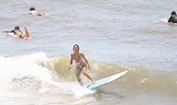 佳樂水衝浪勝地 暑假擠滿人