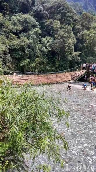 四川峨眉山風景區 鐵索橋側翻遊客受傷