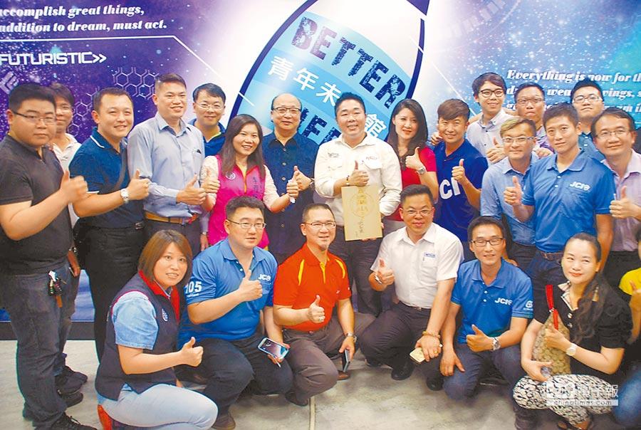 國民黨副主席胡志強(二排左五)到高雄以「世界在改變,你不能不知道的事」發表演講,與青年們合影。(吳江泉攝)