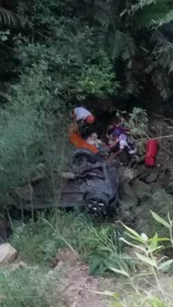 開車滑落山坡 女子卡40米深山谷