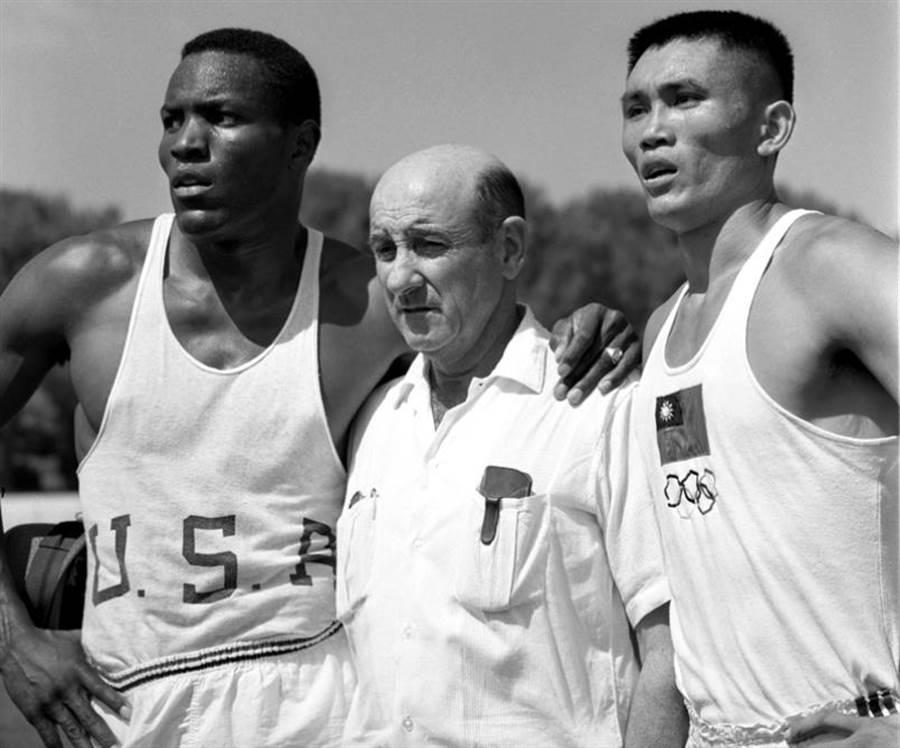 右起為楊傳廣、德瑞克教授與強生。(圖/星條旗報)