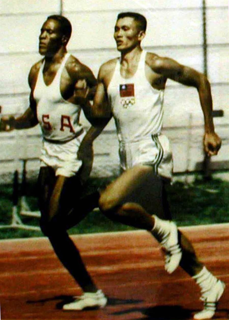 楊傳廣一九六○年參加羅馬奧運與對手強生競爭的歷史照片,結果強生得金牌、楊傳廣得銀牌。(林崑成攝)