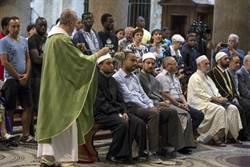 共同譴責恐攻 穆斯林進教堂與天主教徒一起祈禱