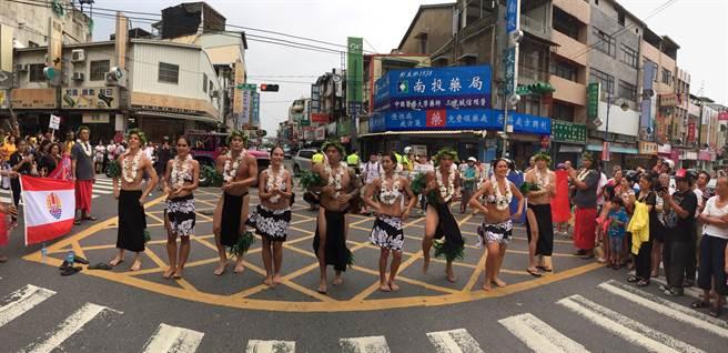 世界原住民族樂舞節踩街,吸引民眾目光!(廖志晃攝)