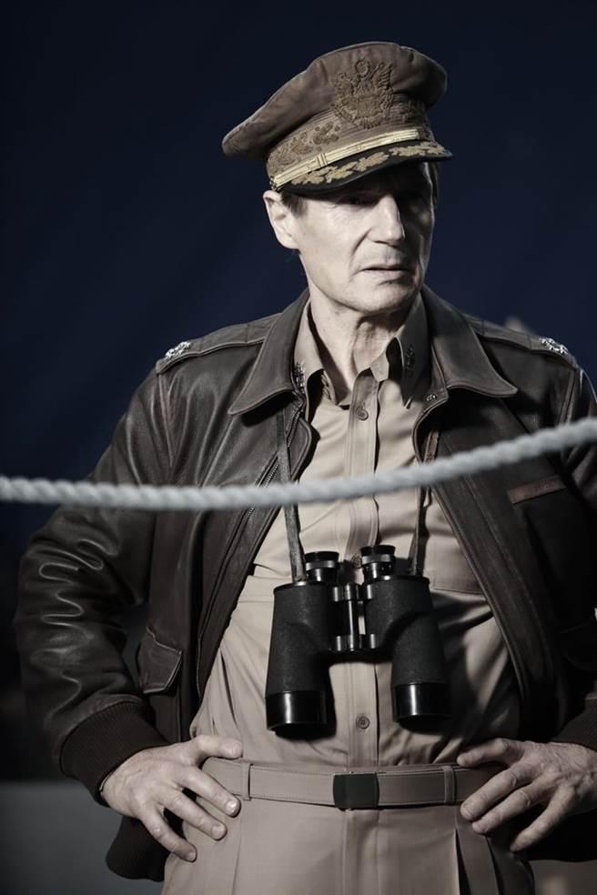 ↑連恩尼遜在《代號:鐵鉻行動》化身美國陸軍五星上將麥克阿瑟。(車庫娛樂提供)
