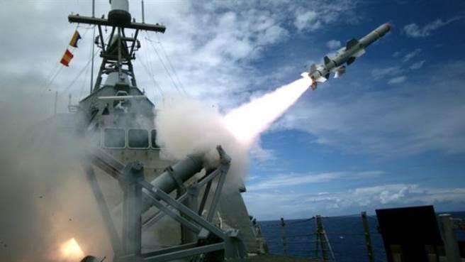 試射魚叉飛彈的科羅拉多號,魚叉飛彈發射組固定在前甲板。(圖/美國海軍)