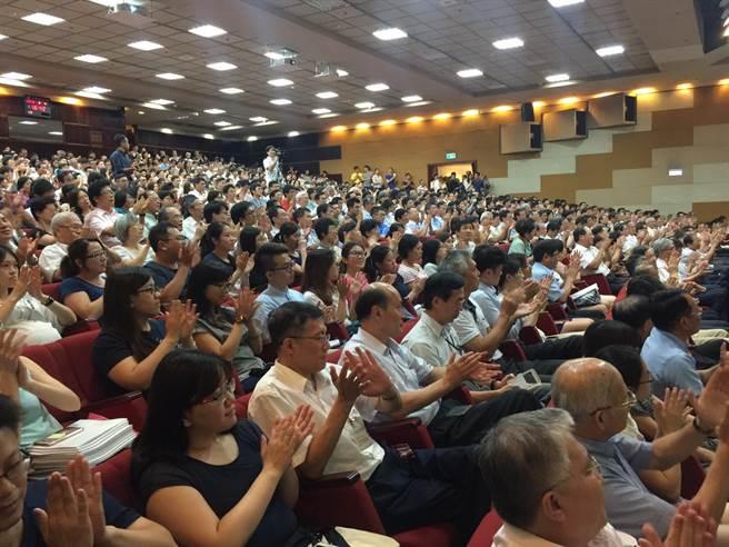 黃重球演講會,也等於歡送會,近千名員工擠爆會場,還有不少人要用站的。(王玉樹攝)