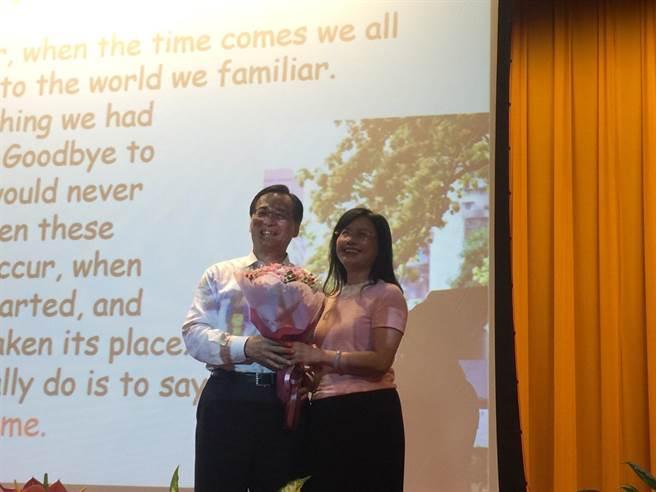 黃重球感念老婆一路陪伴唐氏症女兒的辛苦,當場獻花感謝,氣氛溫馨。(王玉樹攝)