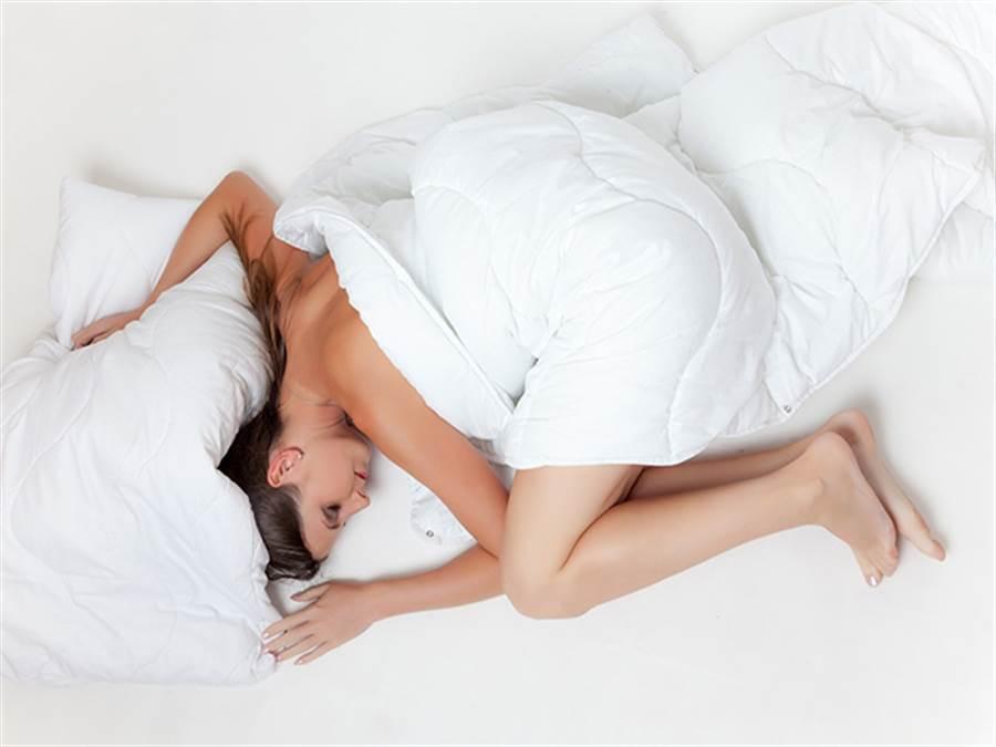 醫師指出有許多人晚上睡不著,其實是因為「睡眠相位延遲」,一天的睡眠時數並無減少,大部分都是有熬夜習慣的年輕人,因為晚睡隔天早上便精神不濟。圖片來源:健康365