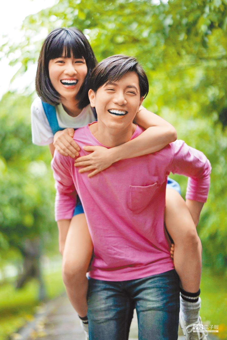 韋禮安(前)背連俞涵耍浪漫,卻自嘲是「老背少」。
