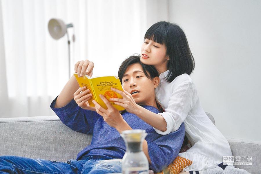 韋禮安(左)拍MV依偎在連俞涵胸前看書。
