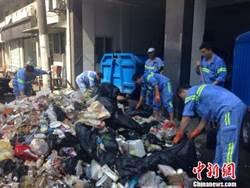 烈日下翻遍5噸垃圾 15名清潔隊員替遊客找回手機!