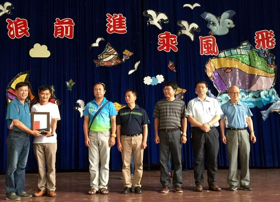 南投縣長林明溱(左)頒獎表揚上緯諒茶書法獎優勝者。(廖志晃攝)
