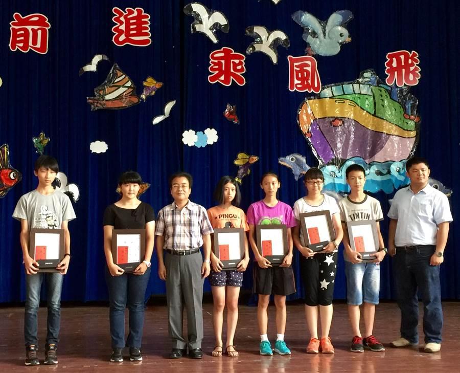南投縣文化局長、書法名家林榮森(左3),與書法比賽優勝同學合影。(廖志晃攝)