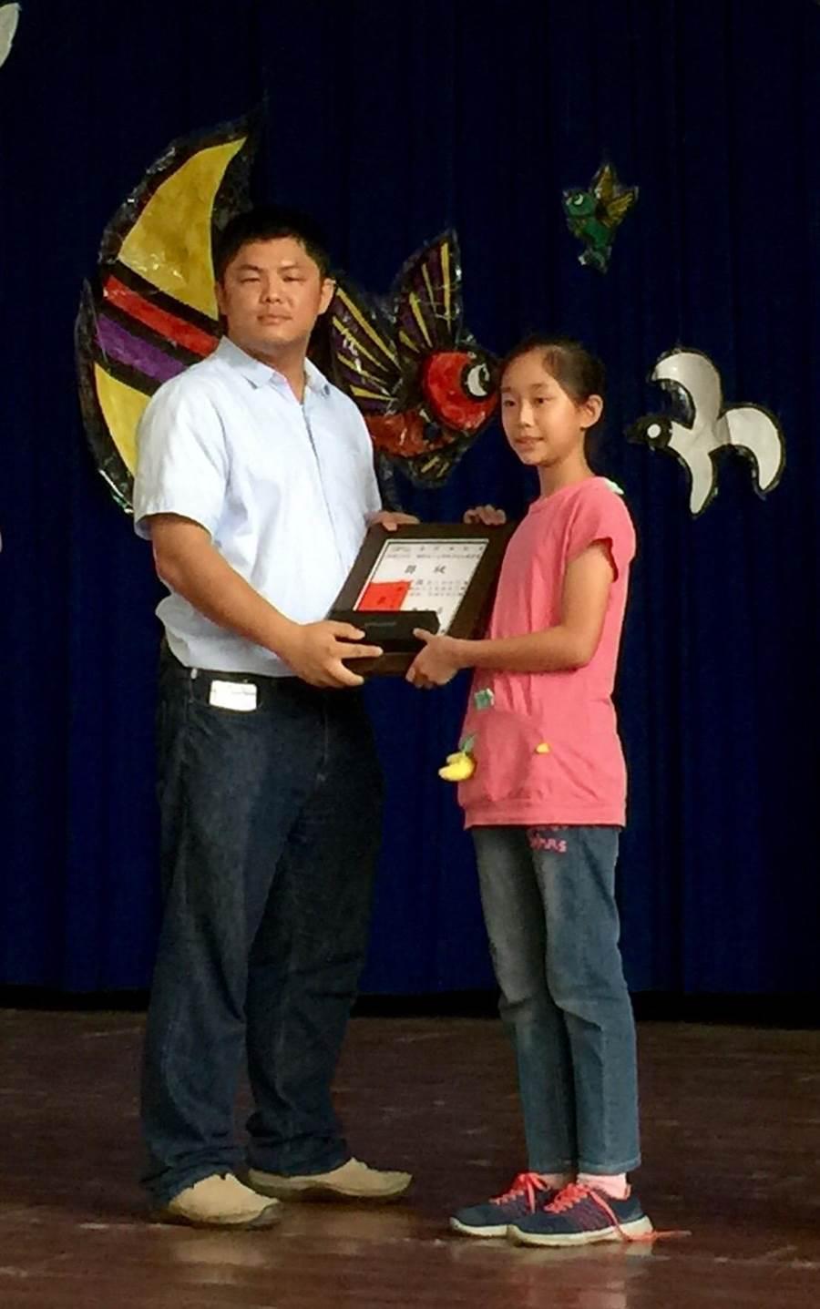 上緯諒茶文化基金會蔡董事(左),頒獎鼓勵書法比賽優勝學生。(廖志晃攝)