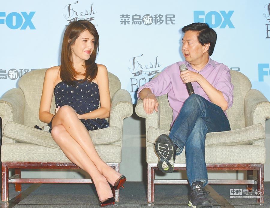許瑋甯(左)昨在《菜鳥新移民》記者會和鄭康祖暢聊拍戲過程。(張祐銘攝)