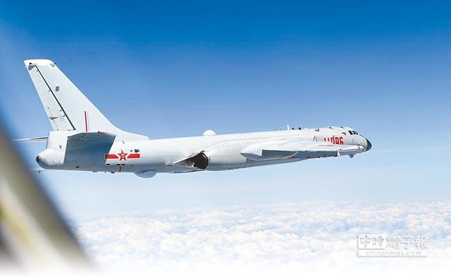 中國空軍轟-6K、蘇-30等戰機飛赴南海,對南沙島礁和黃岩島實施戰鬥巡航。(摘自中國軍視網)