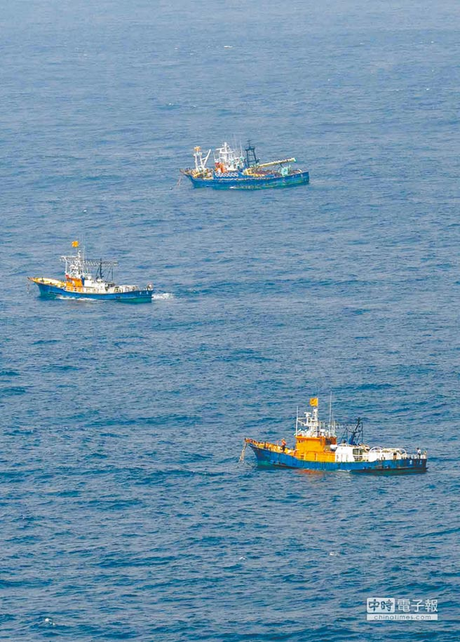 經常有大陸漁船駛近釣魚台海域,挑戰日本的主權主張,6日據估計更有230餘艘大陸漁船和6艘海警船,駛入日本主張的釣魚台「毗連區」。(美聯社)