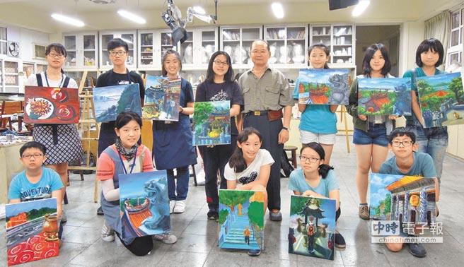 學員對人生中第一幅油畫作品相當自豪,後排左五為吳大光教授。(周長泰攝)