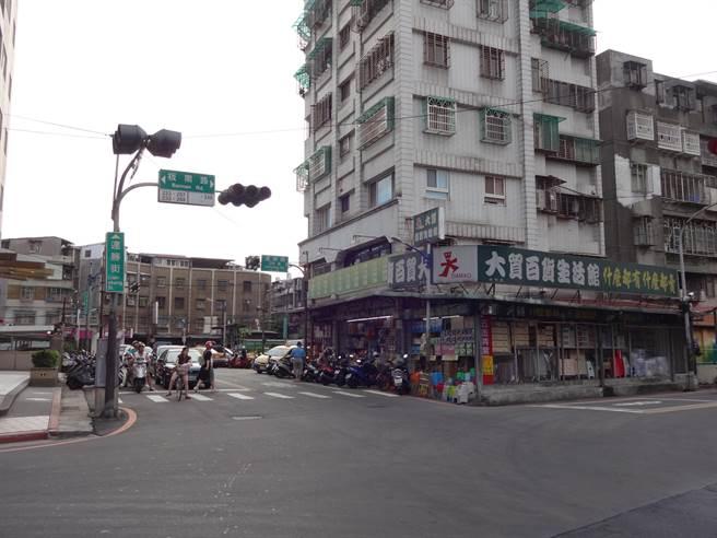 中和區板南路、連勝街交叉口附近門牌不連貫,議員邱烽堯協助變更。(葉書宏攝)