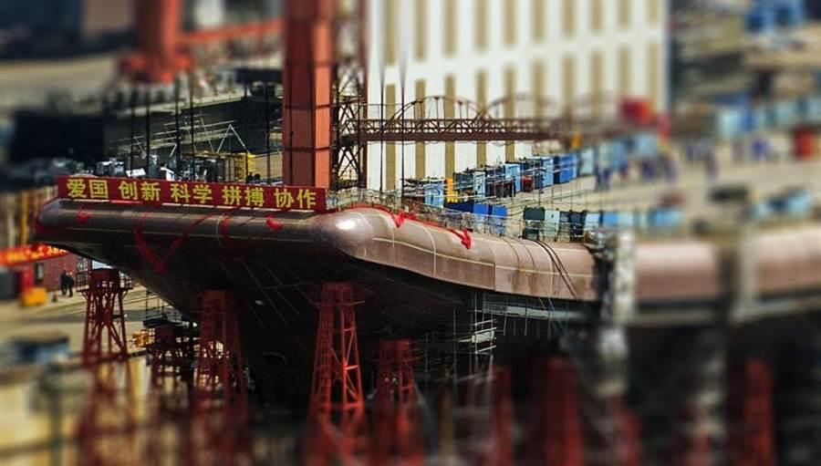 大陸網友上傳了中國自製航母安裝滑躍甲板的照片,至此新航母的輪廓大體已完整。(圖/網路)