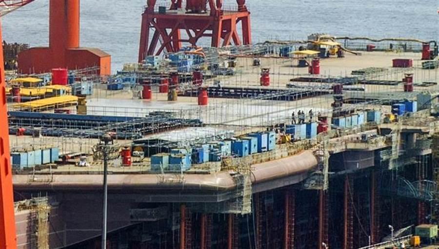 中國首艘自製戰鬥航母基本已成形,專家認為,年底前可望下水。(圖/網路)