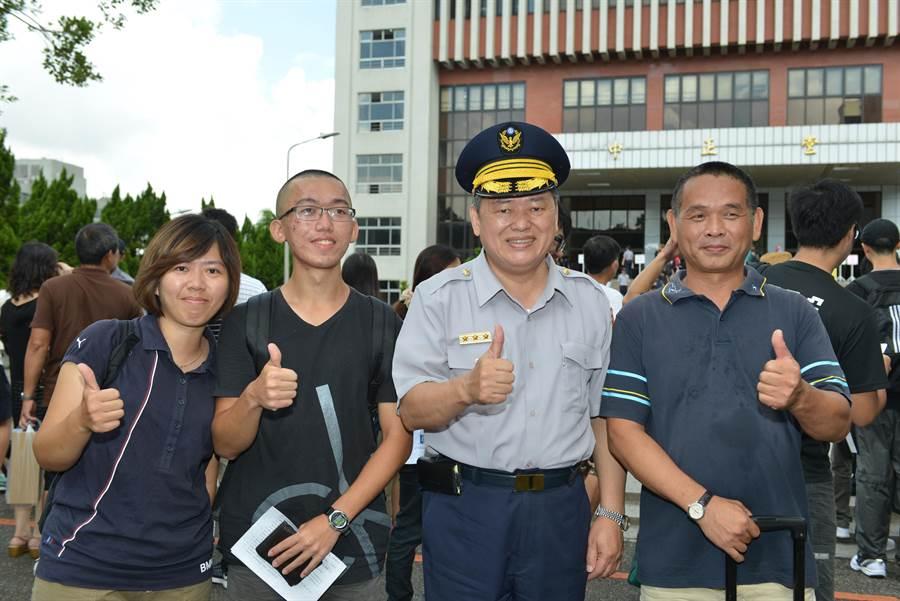 警專校長何明洲今早親自在校園迎接新生報到。(張企群翻攝)