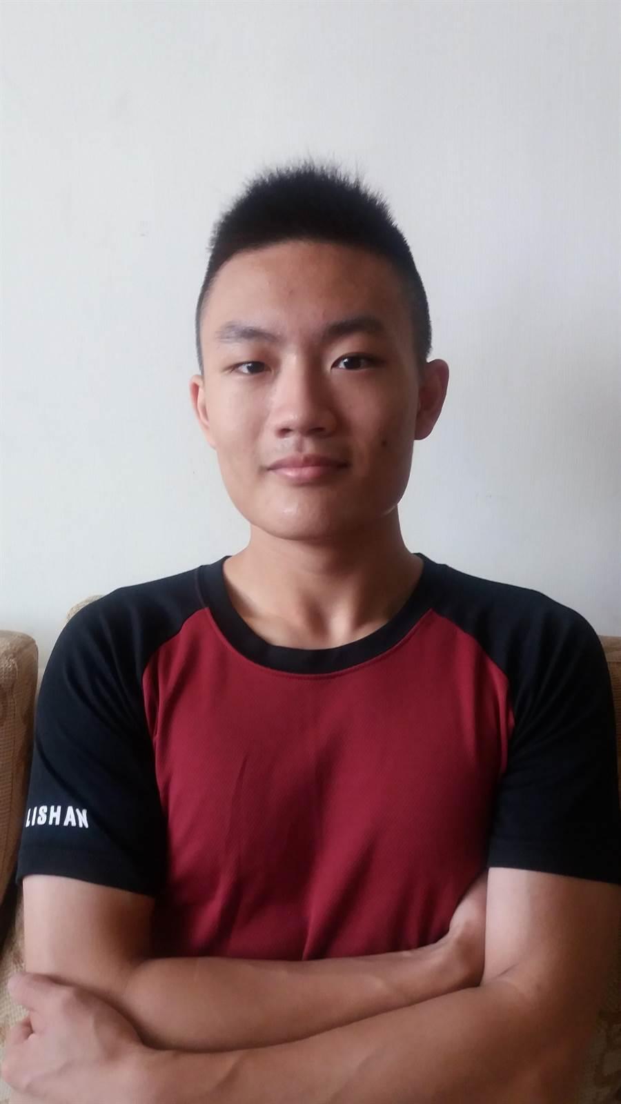 台北市麗山高中高宣凱昔日數學模擬考僅28分,正式考試卻突飛猛進,考了90.8分,順利錄取考上台灣大學法律系法學組。(麗山高中提供)
