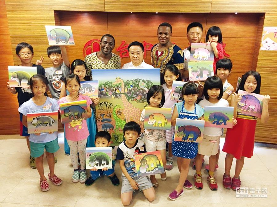 台中銀證券董事長林樹源(中)與非洲畫家Abbas、大廚Juma,與小朋友同樂。圖/業者提供