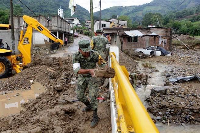 墨西哥士兵8月8日在普埃布拉州一城鎮Xaltepec清除汙泥和一座橋的殘骸。(美聯社)