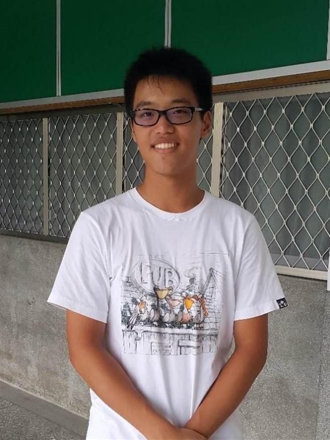 延平畢業生江柏霖同學指考分數446.5分,成功考上台北醫學大學醫學系。(圖/延平高中提供)