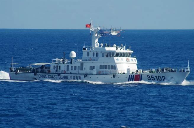 中國公務船巡航釣魚台頻率與數量近期快速增加,讓日本深感壓力倍增,希望透過政治對話來緩和局勢。圖中是日本海防隊拍攝到的本月6日出現在釣魚台附近的中國公務船。(圖/美聯社)