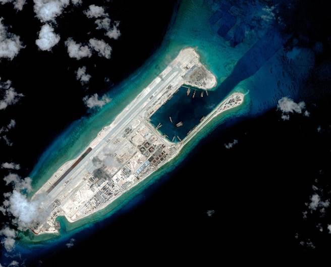 最新的卫星照显示,中国在南海永暑礁(见图)上扩建机场,已可供军事使用。(图/CSIS)