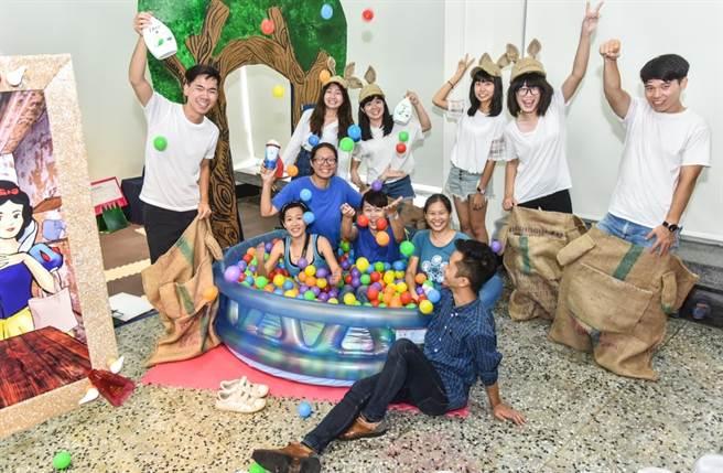 「聯合利華永續生活校園大使-環保藝起來」優選隊伍台大、成大學生利用1500個回收塑膠空瓶打造親子教育互動遊樂園。(聯合利華提供)
