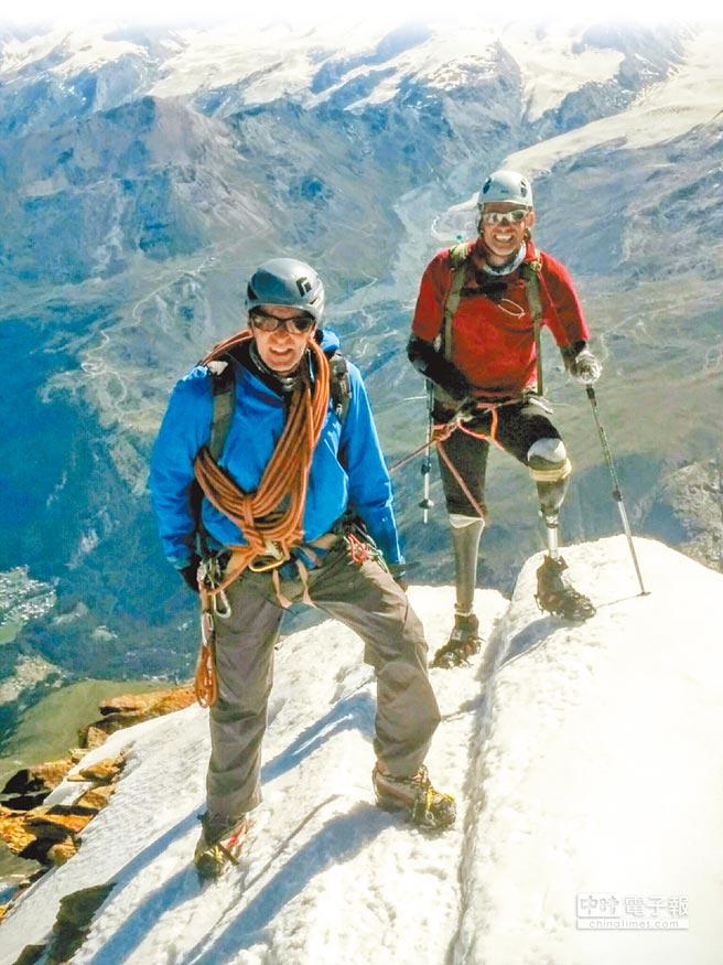 英國男子安德魯(右)4日在嚮導陪同下,征服瑞士馬特洪峰,成為第一個四肢截肢後成功攻頂馬特洪峰的人。(美聯社)