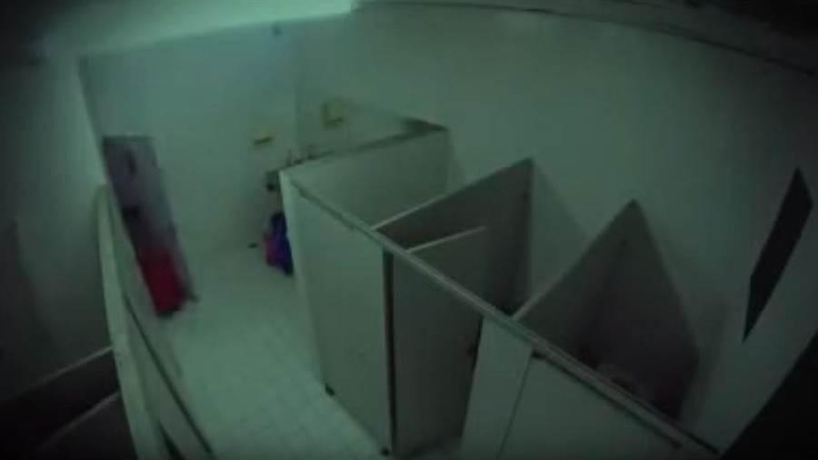 廁所燈一關真的好可怕呀。(圖/翻攝影片)