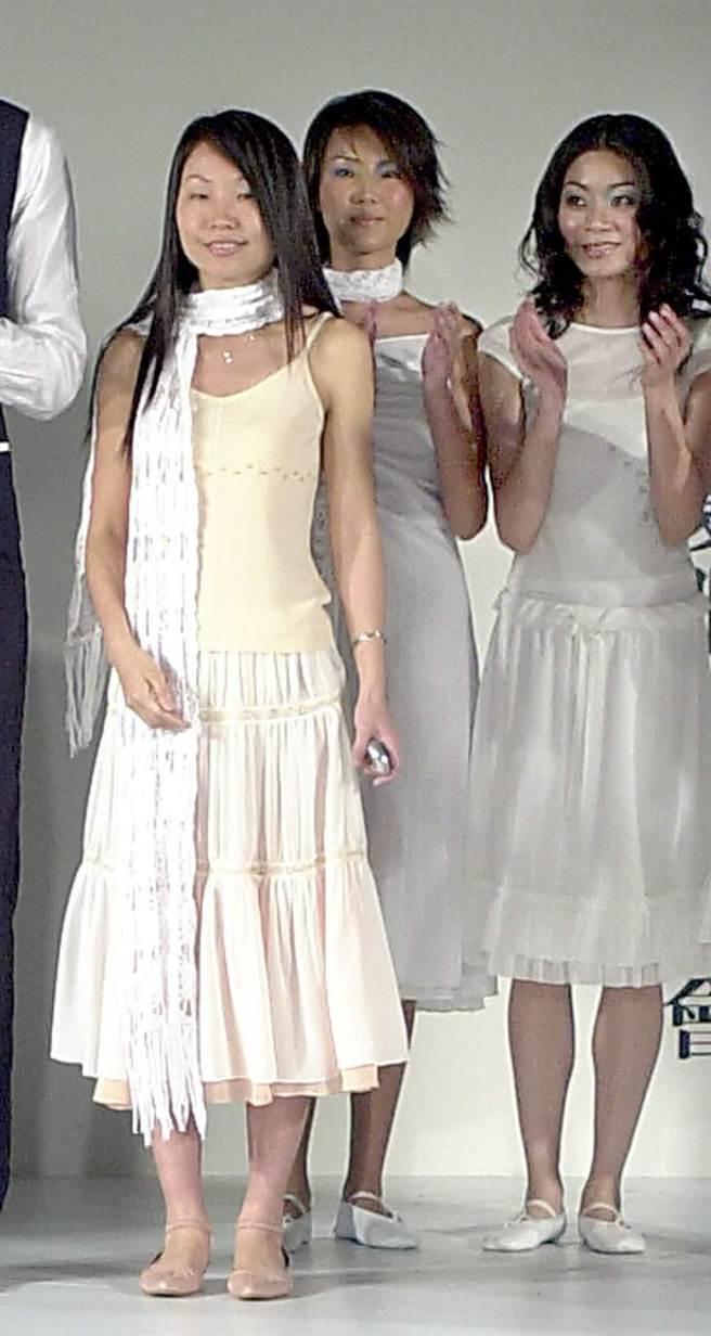 曾仲銘妻子施靜芬(左1)是服裝設計師。圖為施靜芬服裝發表會。(本報系資料照片)