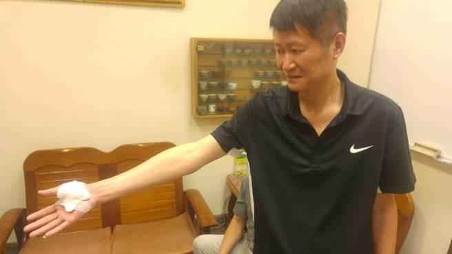 學甲分局偵查佐賴明亮,昨晚間圍捕槍擊案嫌犯,首當其衝被槍抵住胸口,他機警伸手奪槍,與同事合力制伏匪徒。(莊曜聰攝)