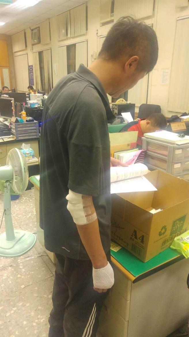 昨晚圍捕後偵查佐賴有亮因空手奪槍受傷,縫了3針,還是立即趕回警局處理後續事宜。(莊曜聰攝)