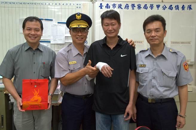 台南市警察局局長黃宗仁(左二)一早前往學甲分局慰勞受傷同仁。(莊曜聰攝)