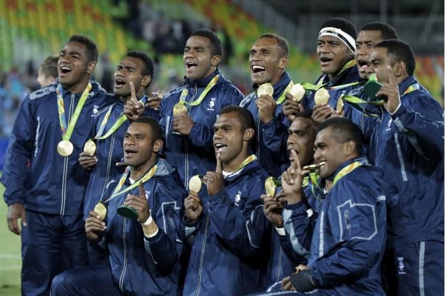 斐濟球員慶祝奪得奧運首金並合影留念。(美聯社)
