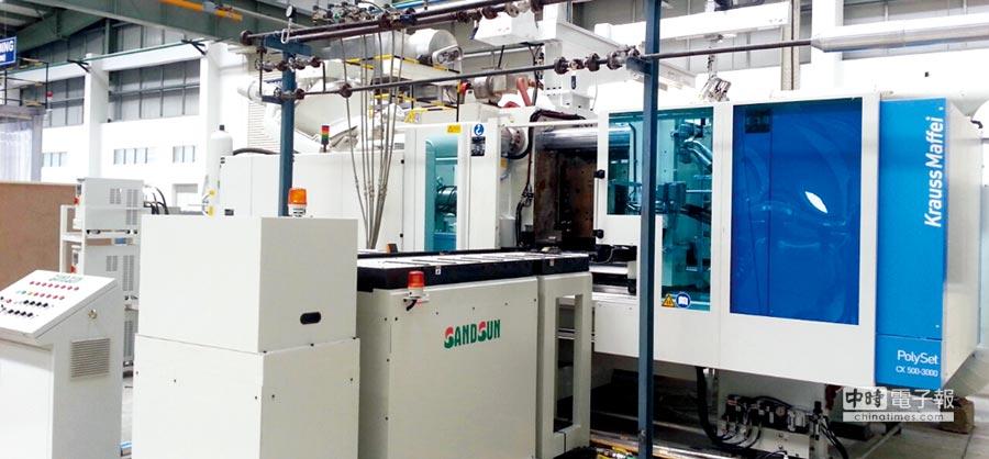 山田順「自動換模台車系統」與德國品牌射出成型機搭配使用的安裝實例。圖/業者提供